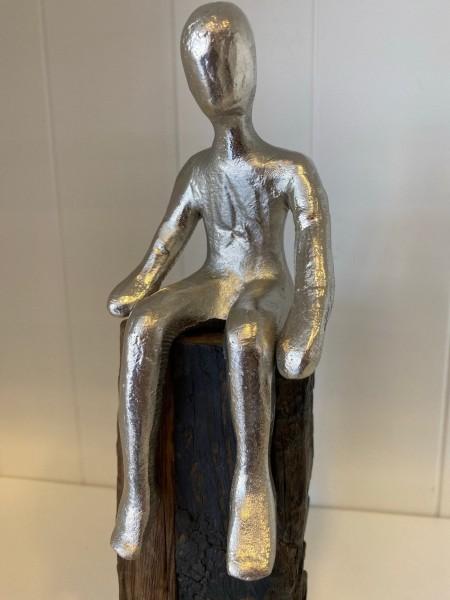 "Statue Holz mit Aluminium ""sitzender Mann"""